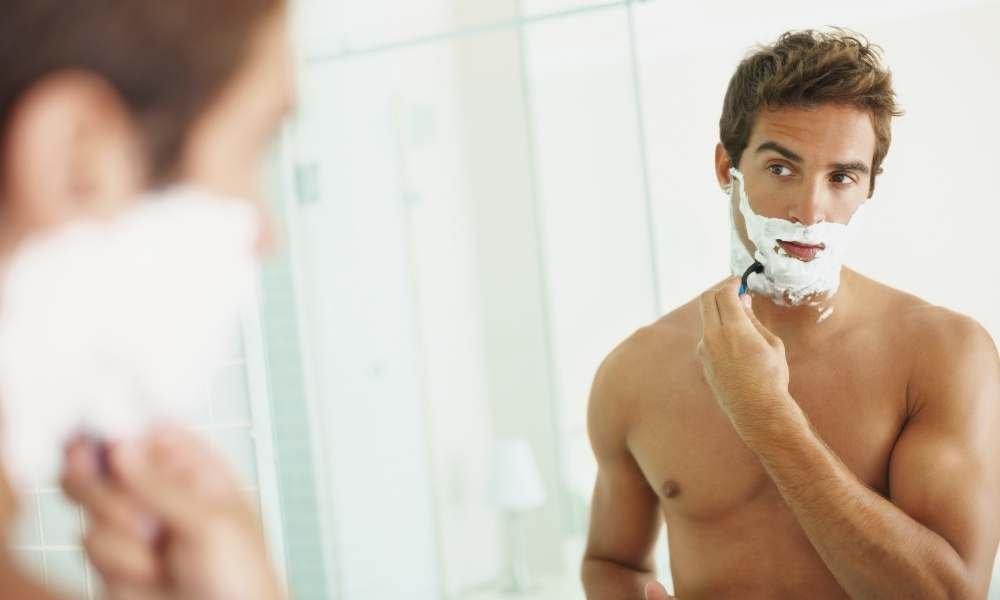 Afeitarse por la noche o por la mañana, que es mejor